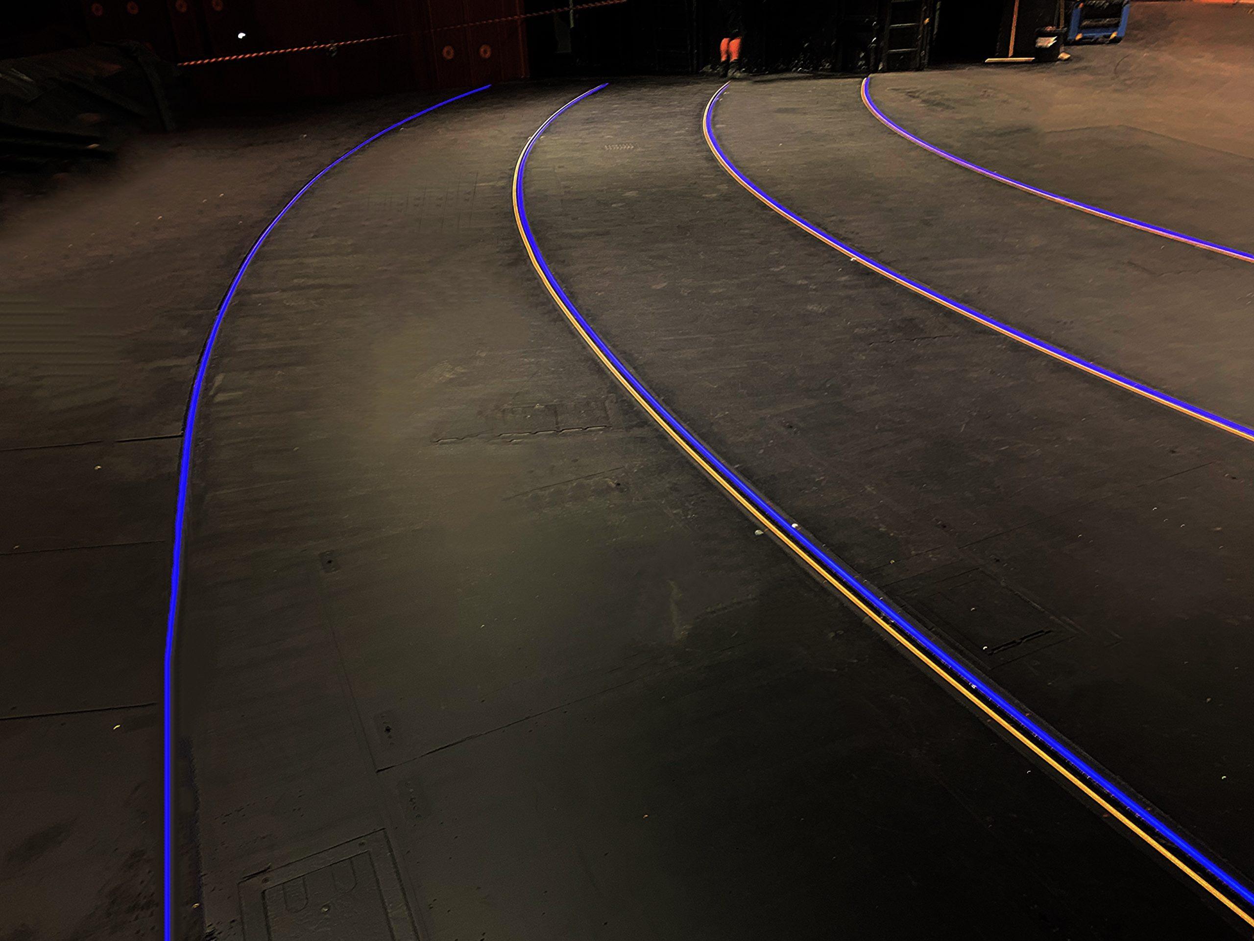 Runde Bühne mit integrierter Kantenbeleuchtung. Die Beleuchtung an der Absturzkante leuchtet in weiß und blau.