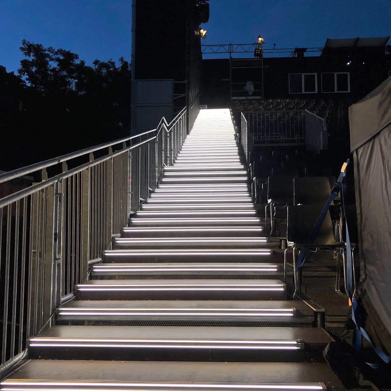 Stufen einer Tribüne mit weißer Beleuchtung der Kanten.