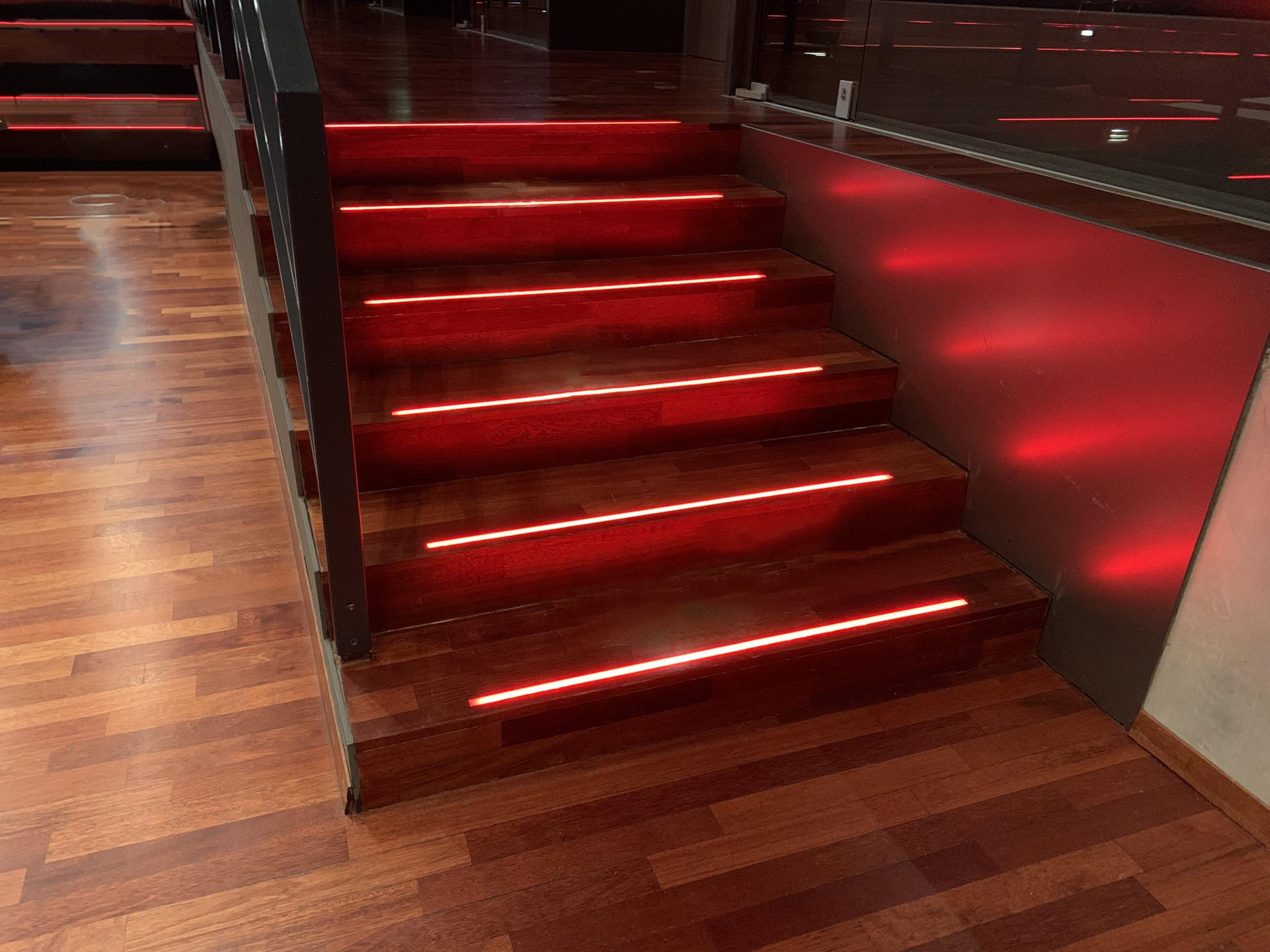 Einbauleuchten-in-einer-Treppe