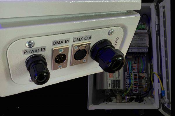 Metallgehäuse in dem Netzteile und Dimmer für eine Stufenbeleuchtung Stufenbeleuchtung untergebracht sind. Anschluss für Stecker eines DMX Signals.